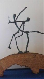"""""""Im Takt"""" Bronze, 19cm, auf Holzbogen"""